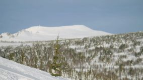 Θαυμάσιο πανόραμα χειμερινών βουνών με τις κλίσεις και τους ανελκυστήρες σκι σε Sheregesh σε σε αργή κίνηση 1920x1080 φιλμ μικρού μήκους