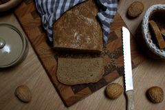 Θαυμάσιο σπίτι που γίνεται το ψωμί που τεμαχίζεται στα κομμάτια στοκ φωτογραφίες