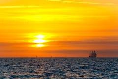 Θαυμάσιο ταξίδι γύρω από τη γη θαλάσσιο δέντρο ηλιοβασιλέματος τοπίων κλάδων παραλιών ανασκόπησης Φωτεινός ήλιος πέρα από τη θάλα στοκ εικόνα με δικαίωμα ελεύθερης χρήσης