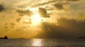 Θαυμάσιο τοπίο και σκάφη στη θάλασσα στο drammatic ηλιοβασίλεμα απόθεμα βίντεο