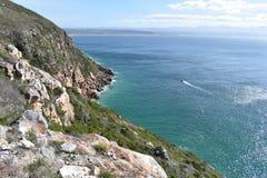 Θαυμάσιο τοπίο στο ίχνος πεζοπορίας στην επιφύλαξη φύσης Robberg στον κόλπο Plettenberg, Νότια Αφρική Στοκ Φωτογραφία