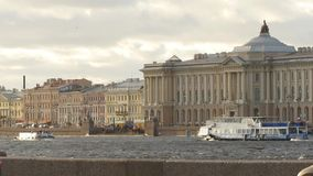Θαυμάσιο τοπίο του όμορφου ποταμού Neva και της διάσημης ρωσικής ακαδημίας των τεχνών φιλμ μικρού μήκους