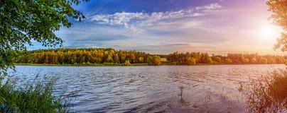 Θαυμάσιο τοπίο το πρωί Ζωηρόχρωμα σύννεφα στον ουρανό Στοκ Εικόνες