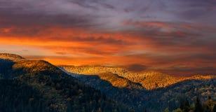 Θαυμάσιο τοπίο φύσης μεγαλοπρεπής ουρανός πέρα από το βουνό το πρωί Στοκ εικόνες με δικαίωμα ελεύθερης χρήσης