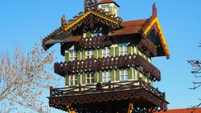 Θαυμάσιο χρωματισμένο μεγάλο σπίτι πουλιών στοκ φωτογραφία με δικαίωμα ελεύθερης χρήσης