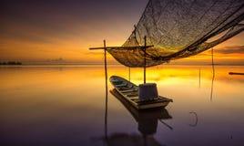 θαυμάσιο χρώμα ανατολής με τη βάρκα Στοκ Φωτογραφίες