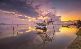 θαυμάσιο χρώμα ανατολής με τη βάρκα Στοκ Εικόνες