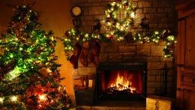 Θαυμάσιο 4k βλασταημένος του καίγοντας βρόχου εστιών φλογών καυσόξυλου στο άνετο εορταστικό δωμάτιο Noel διακοσμήσεων έτους χριστ φιλμ μικρού μήκους