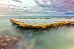 Θαυμάσιο seascape με τα κύματα θάλασσας που χτυπούν το μεγάλο βράχο Στοκ Φωτογραφία