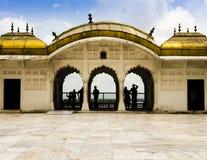 Θαυμασμός του Taj Mahal από τα χρυσά περίπτερα του οχυρού Agra Στοκ εικόνες με δικαίωμα ελεύθερης χρήσης