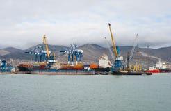 θαλάσσια pula λιμένων της Κροατίας γερανών φορτίου Στοκ Εικόνα