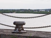 Θαλάσσιοι σύνδεσμοι μετάλλων ενάντια στον ποταμό Στοκ Φωτογραφίες