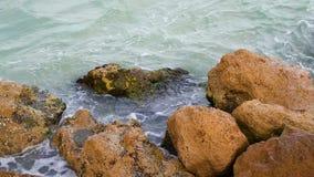 Θαλάσσιος βρόχος παφλασμών βράχων απόθεμα βίντεο