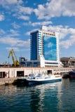 Θαλάσσιος λιμένας και ξενοδοχείο στην Οδησσός, Ουκρανία στοκ εικόνα με δικαίωμα ελεύθερης χρήσης