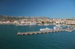 Θαλάσσιος λιμένας και πόλη η καθολική Κροατία εισήγαγε αρχικά το μαζικό ιερέα που χωρίστηκε σε ιδιωματικό ποιοι στοκ εικόνες