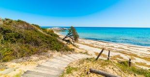 Θαλάσσιος περίπατος στην παραλία Santa Giusta Στοκ Φωτογραφίες