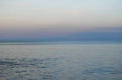 θαλάσσιο δέντρο ηλιοβασιλέματος τοπίων κλάδων παραλιών ανασκόπησης Στοκ εικόνα με δικαίωμα ελεύθερης χρήσης