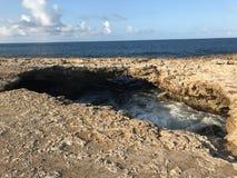 Θαλάσσιο νερό μέσω των βράχων Στοκ φωτογραφία με δικαίωμα ελεύθερης χρήσης
