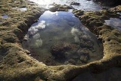 Θαλάσσιο νερό που κατατίθεται στο διαμορφωμένο σταγονίδιο βράχο νερού Στοκ εικόνες με δικαίωμα ελεύθερης χρήσης