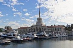 Θαλάσσιο τερματικό στην πόλη του Sochi ένα πρωί αρχών του καλοκαιριού Στοκ εικόνα με δικαίωμα ελεύθερης χρήσης