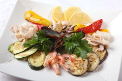 Θαλασσινά με τα λαχανικά και το λεμόνι Στοκ εικόνα με δικαίωμα ελεύθερης χρήσης