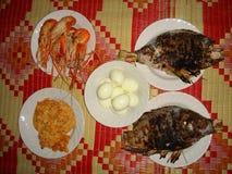 Θαλασσινά με τα ψάρια, το καλαμάρι και το αυγό Στοκ Εικόνες