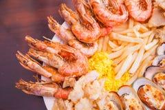 Θαλασσινά με τις τηγανιτές πατάτες και το ρύζι Στοκ εικόνες με δικαίωμα ελεύθερης χρήσης