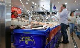 Θαλασσινά πώλησης προμηθευτών στην αγορά Σίδνεϊ Νότια Νέα Ουαλία ψαριών του Σίδνεϊ Στοκ Εικόνες