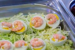 Θαλασσινά σουσιών στενό στον επάνω εστιατορίων Γαρίδες, φύκι και χαβιάρι βασιλιάδων για τα gourmets Στοκ εικόνα με δικαίωμα ελεύθερης χρήσης