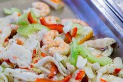 Θαλασσινά σουσιών στενό στον επάνω εστιατορίων Γαρίδες, φύκι και χαβιάρι βασιλιάδων για τα gourmets Στοκ Φωτογραφία