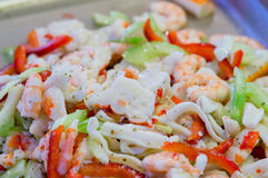 Θαλασσινά σουσιών στενό στον επάνω εστιατορίων Γαρίδες, φύκι και χαβιάρι βασιλιάδων για τα gourmets Στοκ Εικόνες