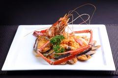 Θαλασσινά Risotto στο άσπρο πιάτο, δημοφιλή διεθνή τρόφιμα από το ρύζι Στοκ εικόνα με δικαίωμα ελεύθερης χρήσης