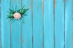 Θαλασσινό κοχύλι με Tinsel το υπόβαθρο Στοκ φωτογραφία με δικαίωμα ελεύθερης χρήσης