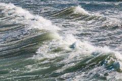 Θαλασσοταραχές με τα συντρίβοντας κύματα Στοκ Φωτογραφίες