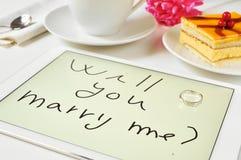 Θα με παντρεψετε; γραπτός σε έναν υπολογιστή ταμπλετών Στοκ φωτογραφία με δικαίωμα ελεύθερης χρήσης