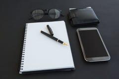 Θεάματα, διοργανωτής, μάνδρα, κινητά τηλέφωνο και πορτοφόλι στο υπόβαθρο στοκ φωτογραφία με δικαίωμα ελεύθερης χρήσης