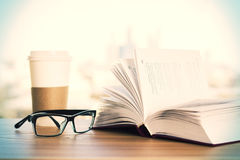 Θεάματα, καφές και βιβλίο Στοκ Εικόνες