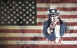 Θείος Σαμ που τίθεται ενάντια στη αμερικανική σημαία Στοκ Εικόνα