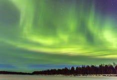 Θεαματικά βόρεια φω'τα, borealis αυγής πέρα από το snowscape Στοκ Φωτογραφίες