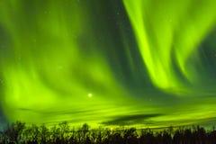 Θεαματικά βόρεια φω'τα, borealis αυγής πέρα από το snowscape Στοκ Εικόνες
