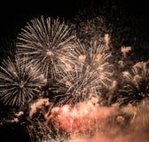 Θεαματικά πυροτεχνήματα μιας νέα Year's παραμονής Στοκ φωτογραφία με δικαίωμα ελεύθερης χρήσης