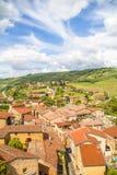 Θεαματική άποψη Oingt, ιστορικό μεσαιωνικό χωριό στη Beaujolais περιοχή, βορειοδυτικά της Λυών στοκ εικόνα
