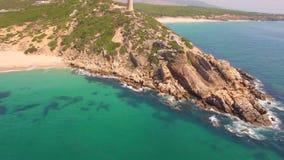 Θεαματική εναέρια πτήση πέρα από την παραλία φιλμ μικρού μήκους