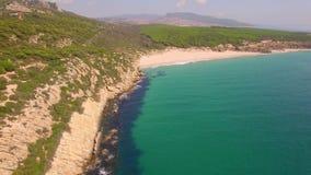 Θεαματική εναέρια πτήση πέρα από την παραλία απόθεμα βίντεο