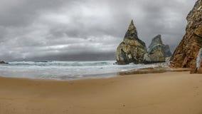 Θεαματική παραλία DA Ursa Praia κοντά στο ακρωτήριο Cabo DA Roca στην Πορτογαλία, Στοκ Φωτογραφία