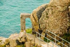 Θεαματική πορεία με μια αψίδα στην άκρη των απότομων βράχων στοκ φωτογραφίες με δικαίωμα ελεύθερης χρήσης