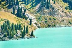 Θεαματική φυσική μεγάλη λίμνη του Αλμάτι, βουνά της Τιέν Σαν στο Αλμάτι, Καζακστάν Στοκ Φωτογραφία
