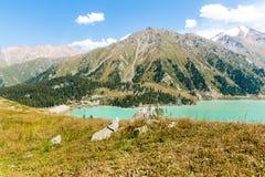Θεαματική φυσική μεγάλη λίμνη του Αλμάτι, βουνά της Τιέν Σαν στο Αλμάτι, Καζακστάν Στοκ Εικόνα
