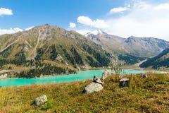 Θεαματική φυσική μεγάλη λίμνη του Αλμάτι, βουνά της Τιέν Σαν στο Αλμάτι, Καζακστάν Στοκ εικόνα με δικαίωμα ελεύθερης χρήσης