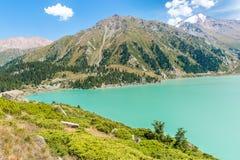 Θεαματική φυσική μεγάλη λίμνη του Αλμάτι, βουνά της Τιέν Σαν στο Αλμάτι, Καζακστάν, Ασία στοκ φωτογραφίες με δικαίωμα ελεύθερης χρήσης